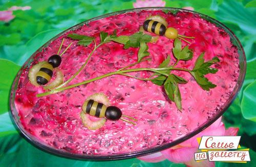 Салат со шпротами с украшением пчелки