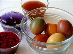 Как покрасить пасхальные яйца натуральными красителями