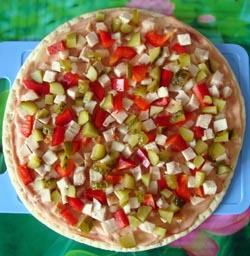 Кладем перец и огурцы в начинку пиццы
