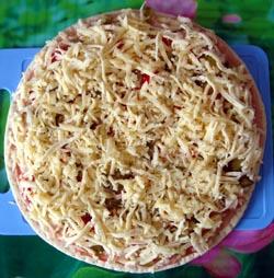 Посыпаем пиццу сверху сыром