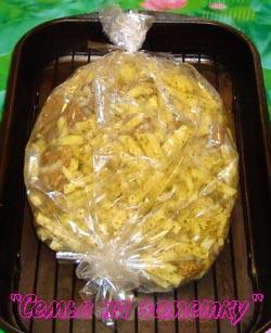 Свинину с картошкой складываем в рукав