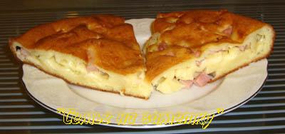 Куски пирога с сыром и ветчиной