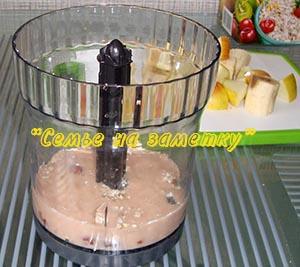 Приготовление смузи с помощью блендера