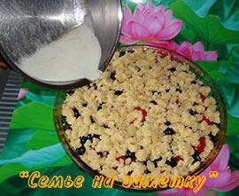 Готов ленивый пирог с яблоками и ягодами