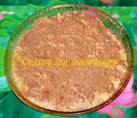 Посыпаем овсяный пирог корицей