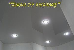 Глянцевый натяжной потолок со спотами