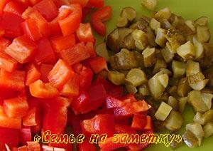 Красный болгарский перец и соленые огурцы