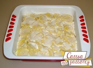 Картофель заливаем соусом