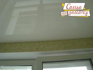 Из чего можно сделать глянцевый потолок на лоджии