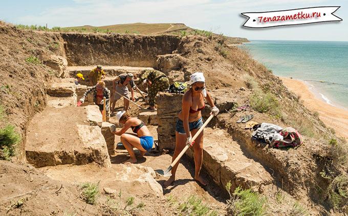 Волонтеры на раскопках некрополя Кыз-Аул