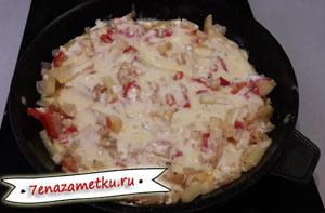 Картошка с овощами и сыром в сковородке