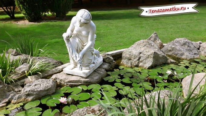 Красивый пруд в парке Айвазовское