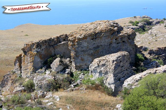 Глубокие расщелины на горе Опук