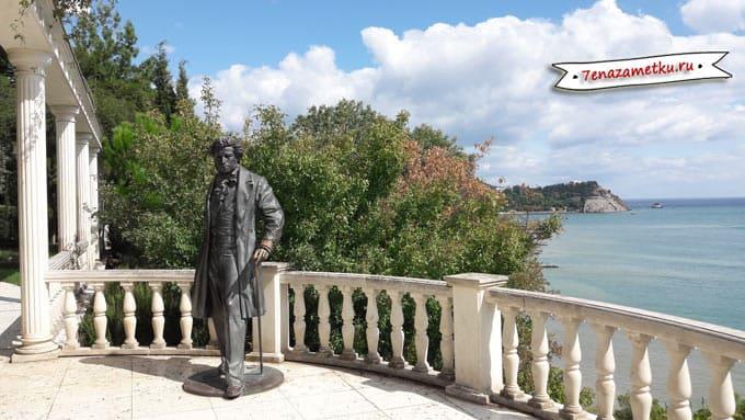 Памятник Пушкину в парке Айвазовское