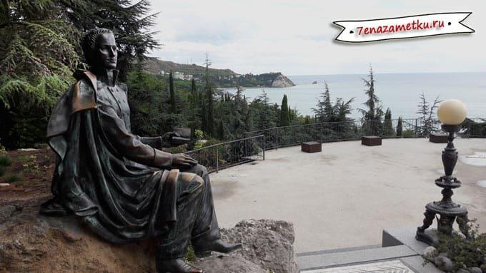 Памятник М.Н.Раевскому в парке Айвазовское