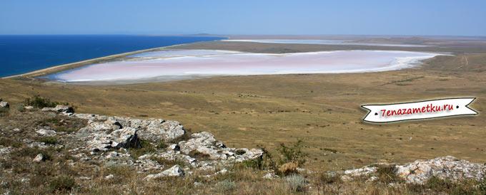 Розовое Кояшское озеро у горы Опук в Крыму