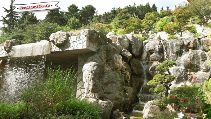 Очень красивый водопад в парке Айвазовское
