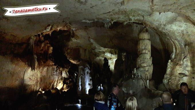 Группа с экскурсоводом в Мраморной пещере