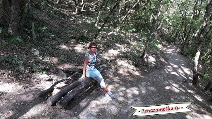 Скамейки для отдыха при подъеме на Мангуп